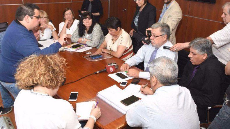 Arcioni recibirá al bloque del PJ-FpV por la situación financiera de Chubut