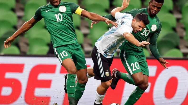 Sergio Agüero ante la doble marca nigeriana en una acción de juego del partido jugado ayer en la ciudad rusa de Krasnodar.