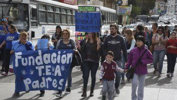 Medio centenar de personas se movilizó en Comodoro Rivadavia para pedir que el Gobierno nacional no modifique la ley de Salud Mental.