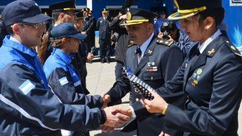 El jefe de la Unidad Regional Zona Norte, comisario mayor Omar Segovia, entrega un presente recordatorio a un oficial de la División Fuerzas Especiales.