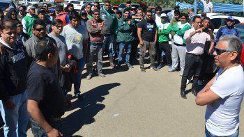 Trabajadores afiliados a los gremios de petroleros y camioneros mantienen bloqueada la base operativa de Sinopec en Cañadón Seco.