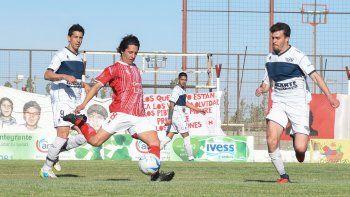Jorge Barrera intenta una habilitación ante la marca de Covalschi y la mirada de Villegas. El volante del Globo salió lesionado.