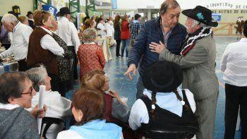 Carlos Linares al compartir ayer con adultos mayores un festejo por el Día de la Tradición.