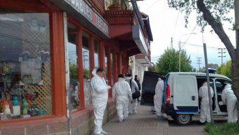 Personal policial de la División Criminalística trabajó varias horas en el sitio del crimen.