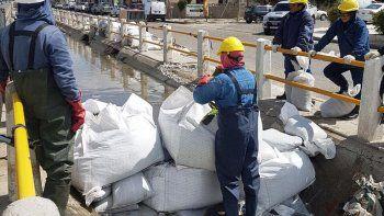 Para poder desarrollar los trabajos se generó un embalse mediante bolsones de arena, para levantar el nivel del agua hasta que coincida con la calle.