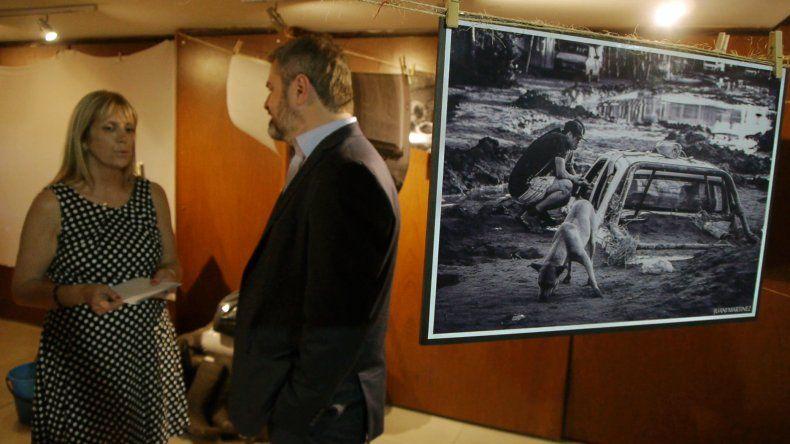 En la Casa del Chubut se realizó la presentación del libro Grietas que unen y de una muestra fotográfica que refleja las consecuencias del temporal que azotó a Comodoro Rivadavia.