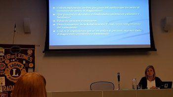 La docente Perla Mayo, el sábado en el auditorio de OSDE, brindó una conferencia sobre baja visión.