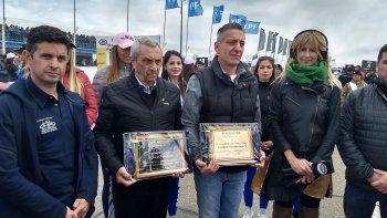 El presidente del AMC Pablo Pires junto al gobernador Mariano Arcioni y el titular de la ACTC Hugo Mazzacane quienes recibieron plaquetas.