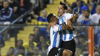 Augusto Solari, autor del segundo gol de Racing, festeja con Andrés Ibargüen anoche en La Bombonera.