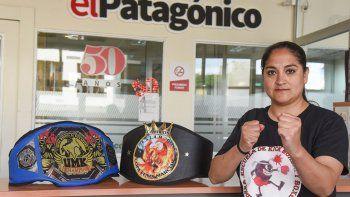 Graciela Becerra posa orgullosa con sus cinturones obtenidos en Buenos Aires.