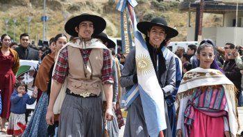 Alumnos de la escuela de danzas folclóricas del CEMEPA y representantes de otros grupos tradicionalistas desplegaron sus galas por la avenida del barrio 26 de Junio.