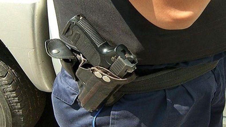 Le robaron del baúl del auto el arma reglamentaria a un policía