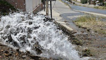 El agua a alta presión que salió de la cañería fisurada se esparció por la avenida República por casi una hora.