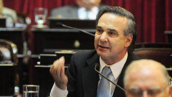 El jefe del FpV-PJ en el Senado, Miguel Angel Pichetto, anunció la decisión del bloque.