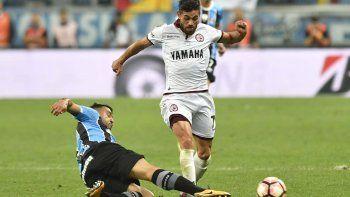 Lautaro Acosta intenta un avance en el partido que Lanús perdió la noche del miércoles por 1-0 ante Gremio de Brasil.