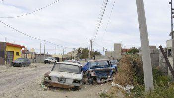La zona en la que La Banda del Pecoso dio el golpe el jueves por la noche. Los vecinos no tienen mucha posibilidad de ver algo con gran cantidad de vehículos estacionados en la vereda y acumulación de chatarra y matas.