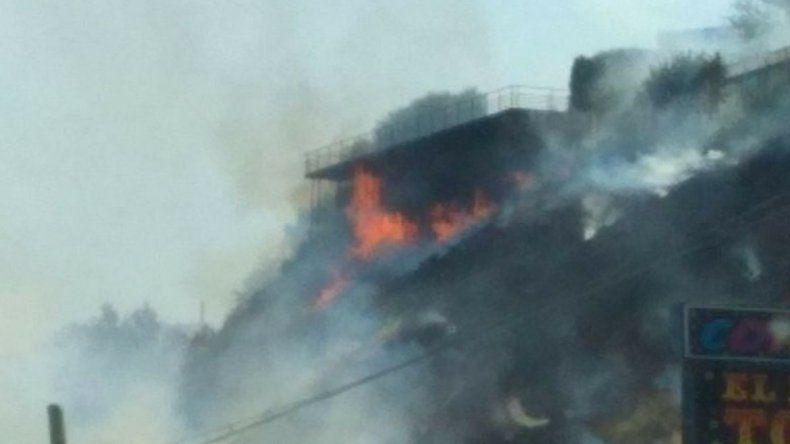 Incendio de pastizales puso en riesgo a viviendas