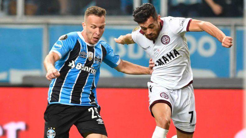 Lautaro Acosta disputa el balón en el partido que Lanús perdió hace una semana ante Gremio en Porto Alegre.