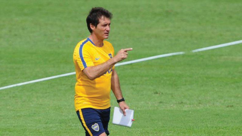 Guillermo Barros Schelotto dirigiendo una práctica del plantel de Boca