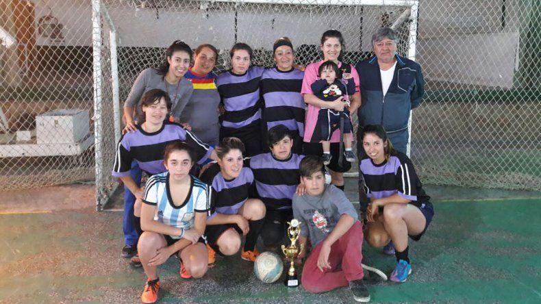 Uno de los equipos que participó en el Regional de fútbol de salón de la rama femenina que se llevó a cabo en Cholila.