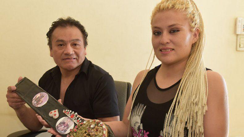Alejandra Rubí Aparicio sostiene el cinturón artesanal que le obsequió el escultor Carlos Casas. Bajo las órdenes del instructor Cruz