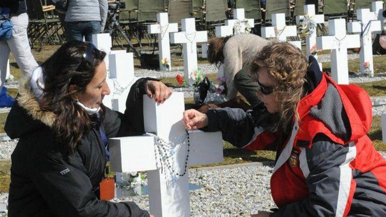 A 35 años de la guerra, lograron identificar 88 tumbas