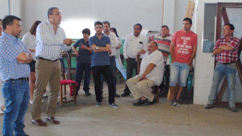 El intendente Facundo Prades acudió a la base de Maxia SRL para llevar tranquilidad a los empleados.