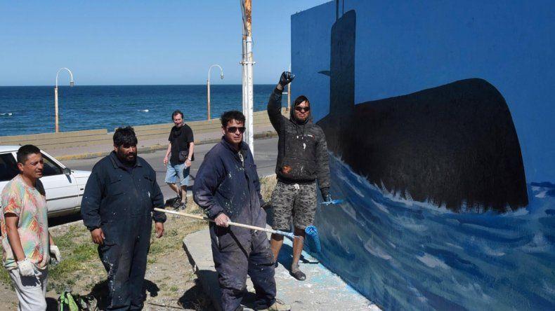 El mural que representa un sublime homenaje a los 44 tripulantes del submarino ARA San Juan fue pintado en un paredón de la costanera caletense.