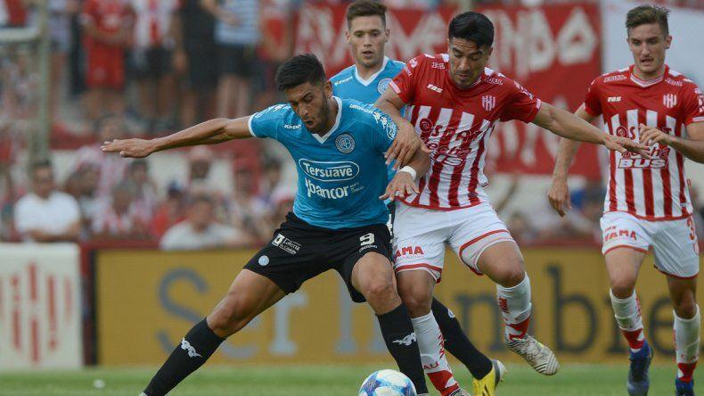 Tobías Figueroa cubre el balón marcado por Nelson Acevedo en el partido jugado ayer en Santa Fe entre Unión y Belgrano.