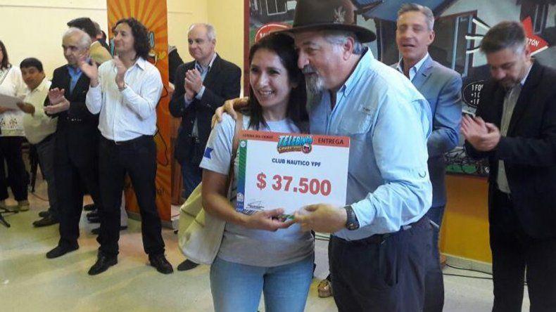 Se entregó a cada uno un cheque simbólico de lo que produjo con la venta del Telebingo Deportivo.