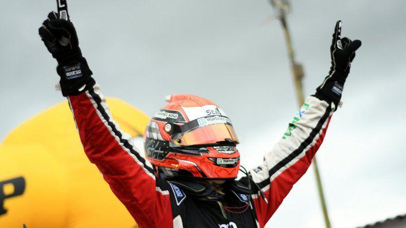 Agustín Canapino levanta los brazos tras consagrarse una vez más campeón de la Top Race V6.