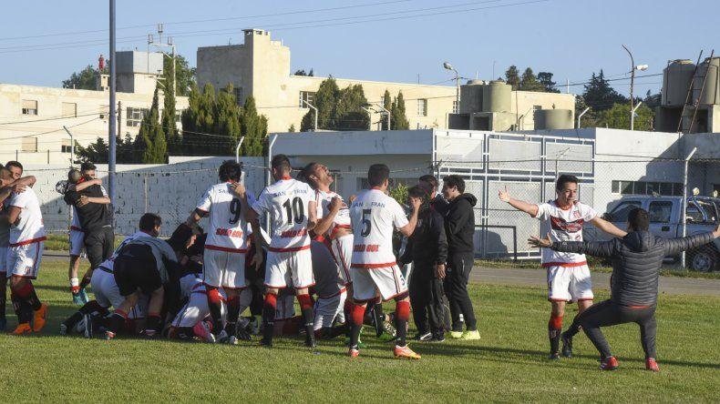 Todo Ameghino festeja tras la definición por penales que terminó 6-5 a su favor.
