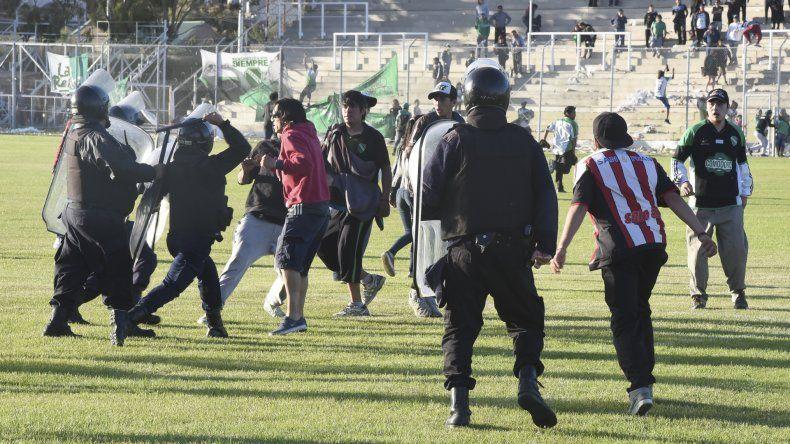 La policía empezando a dispersar a los violentos.