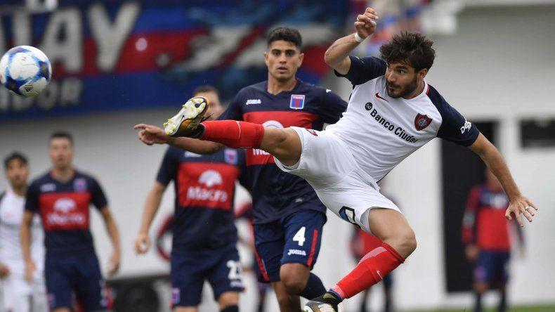 Ezequiel Cerutti en momentos de marcar el segundo gol de San Lorenzo ayer en la victoria como visitante ante Tigre.