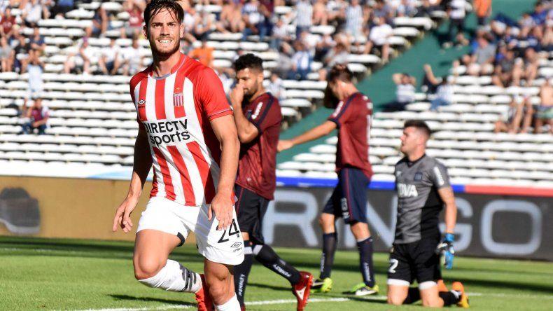 Lucas Melano festeja el gol que le marcó ayer a Talleres en Córdoba.