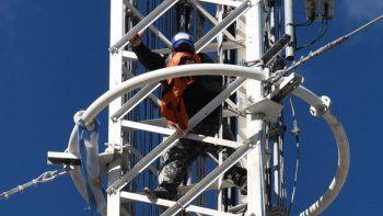 Un hombre de apellido Ortiz se trepó casi 30 metros a una de las torres. Policías y bomberos no tenían órdenes de intervenir.