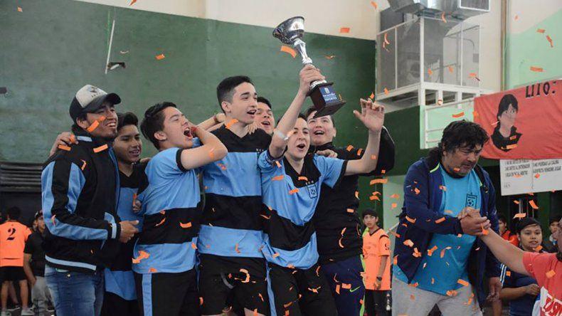 Uno de los equipos festeja el título de futsal en los Juegos Comunitarios.