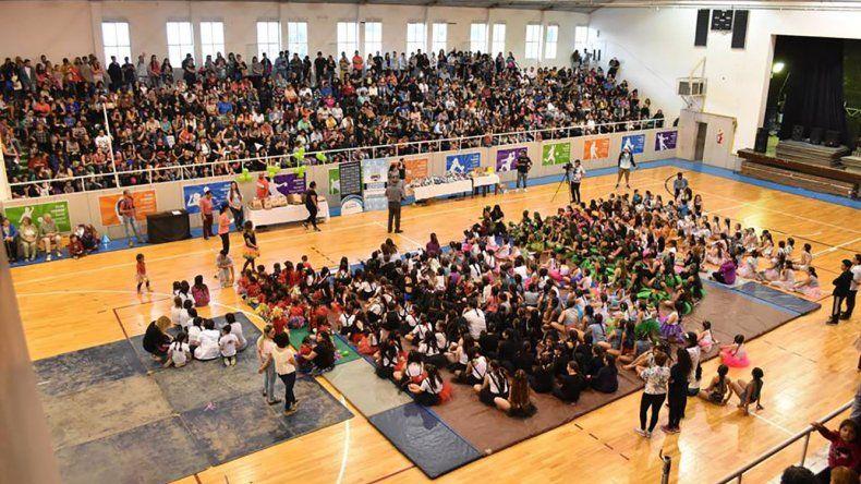 Las escuelas municipales tuvieron su cierre de año con la gimnasia artística y acrobática.