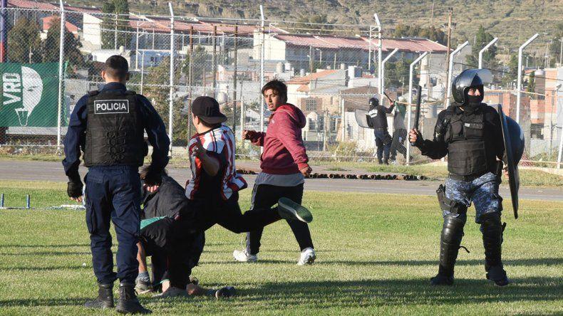 La final entre Petroquímica y Ameghino finalizó de la peor manera. Ahora la Liga de Fútbol debe hacerse cargo de los daños y evalúa las finales pendientes.