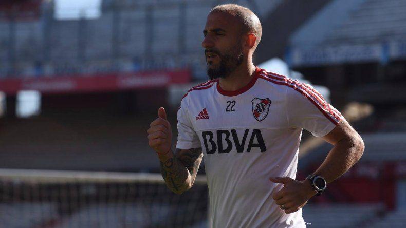 El defensor Javier Pinola durante el entrenamiento de River.
