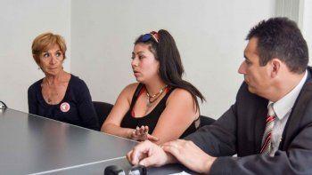 Mari Mella, integrante de ALCI; Daiana, víctima y testigo del crimen; y el abogado querellante Nahuel Urra, durante la entrevista con LM Neuqué.