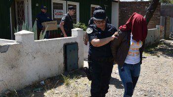 En la vivienda de la calle José Fuchs de Caleta Olivia fueron detenidos una mujer (foto) y un hombre de nacionalidad extranjera.