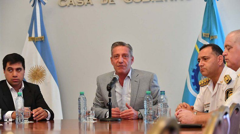 Mariano Arcioni ayer en conferencia de prensa. El gobernador consiguió que se convoque a sesión en la Legislatura para aprobar el préstamo especial que permitirá cancelar los haberes de los estatales.