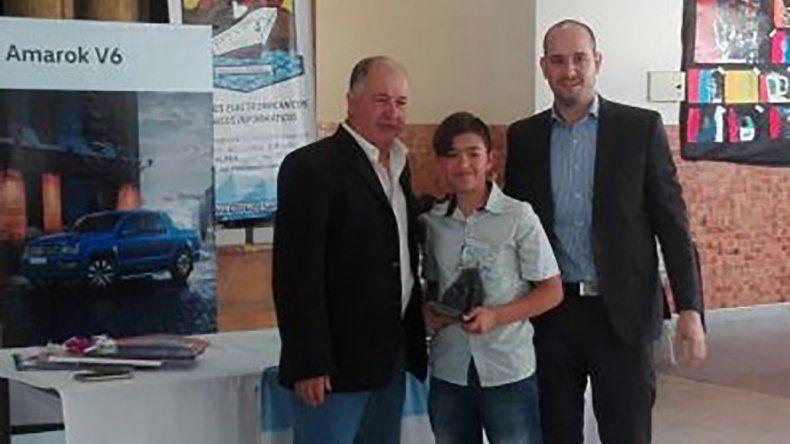 Ricardo Rodríguez e Ignacio Lecumberri premiando a uno de los participantes.