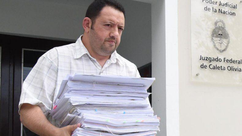 Un empleado judicial traslada parte de la documentación que aportaron varias direcciones descentralizadas de la Armada sobre la