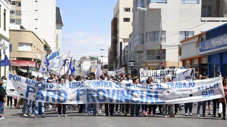Más de 200 personas marcharon ayer contra las reformas del Gobierno de Mauricio Macri.