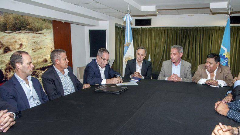 En la Casa del Chubut se selló el acuerdo por el cual PAE se compromete a mantener activos cuatro equipos.