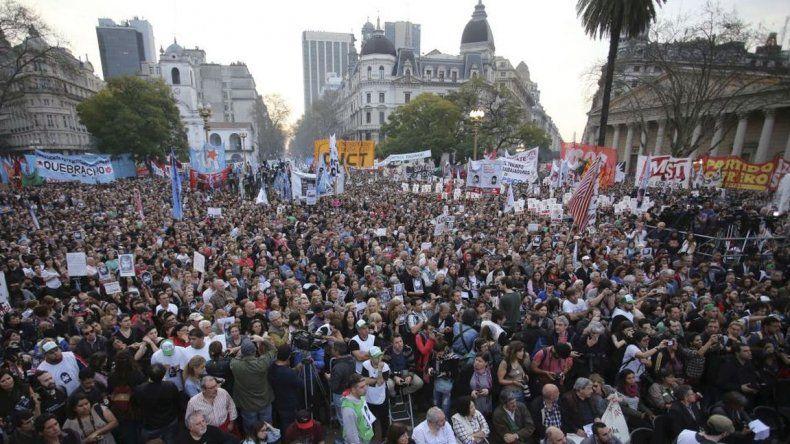 Convocan a movilizarse a Plaza de Mayo contra la persecución a opositores