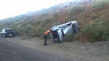 El Chevrolet Corsa se cruzó de carril y quedó en la ladera de un promontorio, apoyado sobre su lateral derecho.