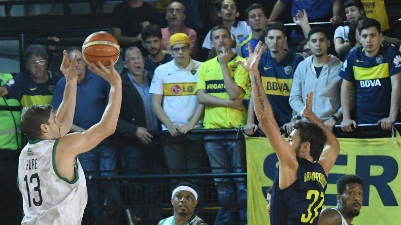 Daniel Hure tira de tres puntos ante la marca del griego Fotios Lampropoulos